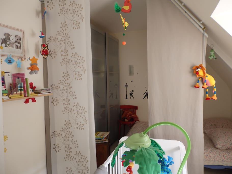 chambre 2  grand lit et lit bébé séparation avec une cloison japonnaise