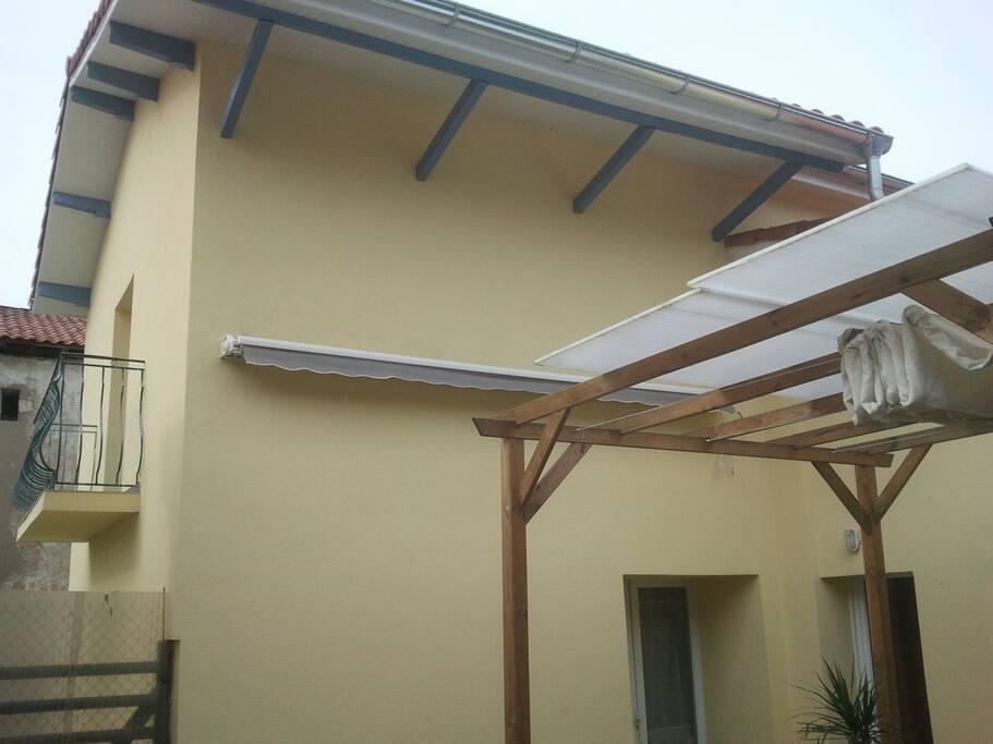 terrasse couverte ;maison isolée donc fraiche l'été et bien chauffée l'hiver.