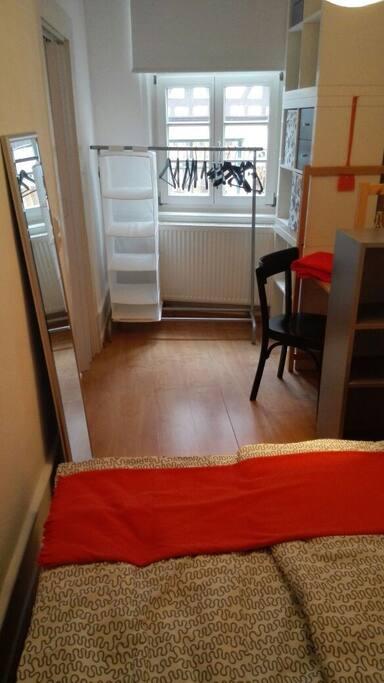 Helles Zimmer mit Sprossenfenstern