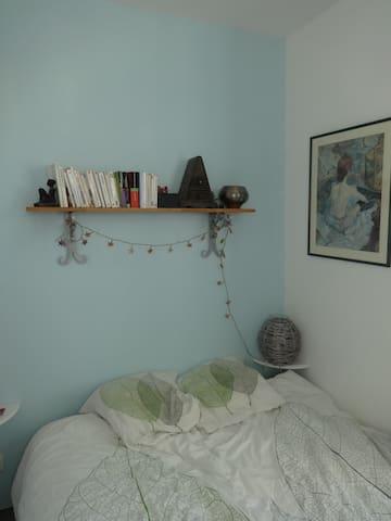 alcôve avec un lit pour deux personnes.