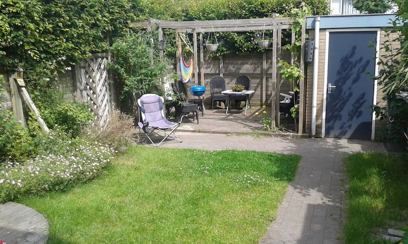 Centrally placed; Spacious house with a big garden - Zoetermeer - Huis