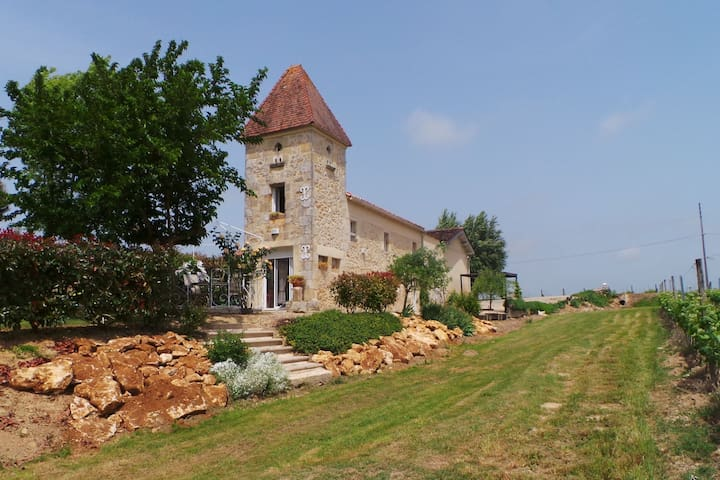 Former pigeon loft with swimming pool, surrounded by vineyards and near Bordeaux