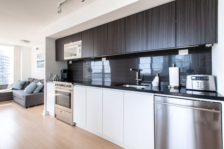 Lux 2BR Condo, Spectacular Views, FREE Parking