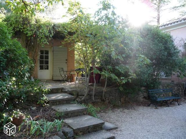 L'accés et la terrasse ombragée de la maisonnette