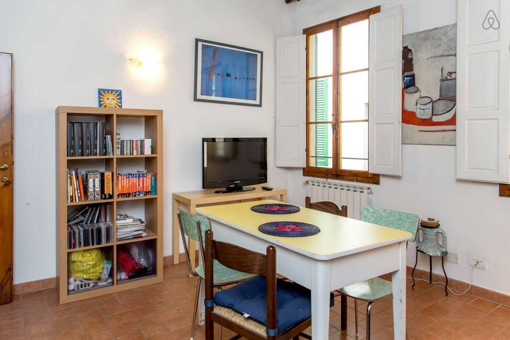 Il salotto, con tavolo per mangiare, separabile dalla cucina grazie ad una comoda porta scorrevole