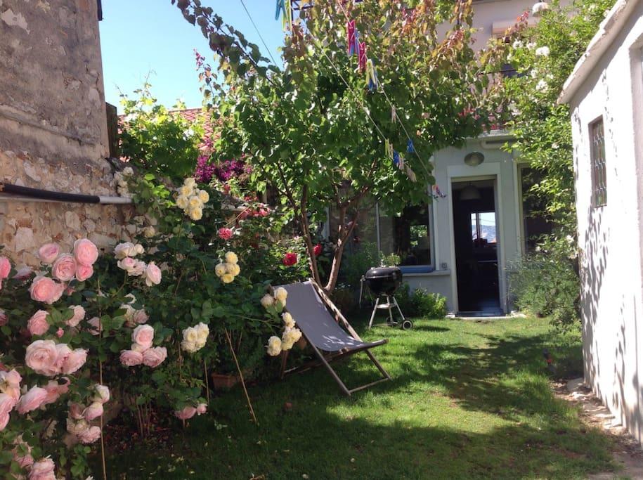 L' entrée de la maison par le jardin