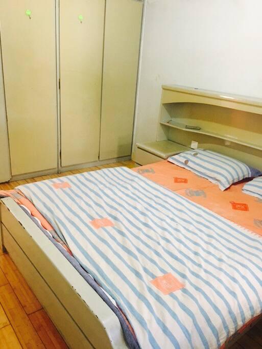 卧室内配有大衣柜