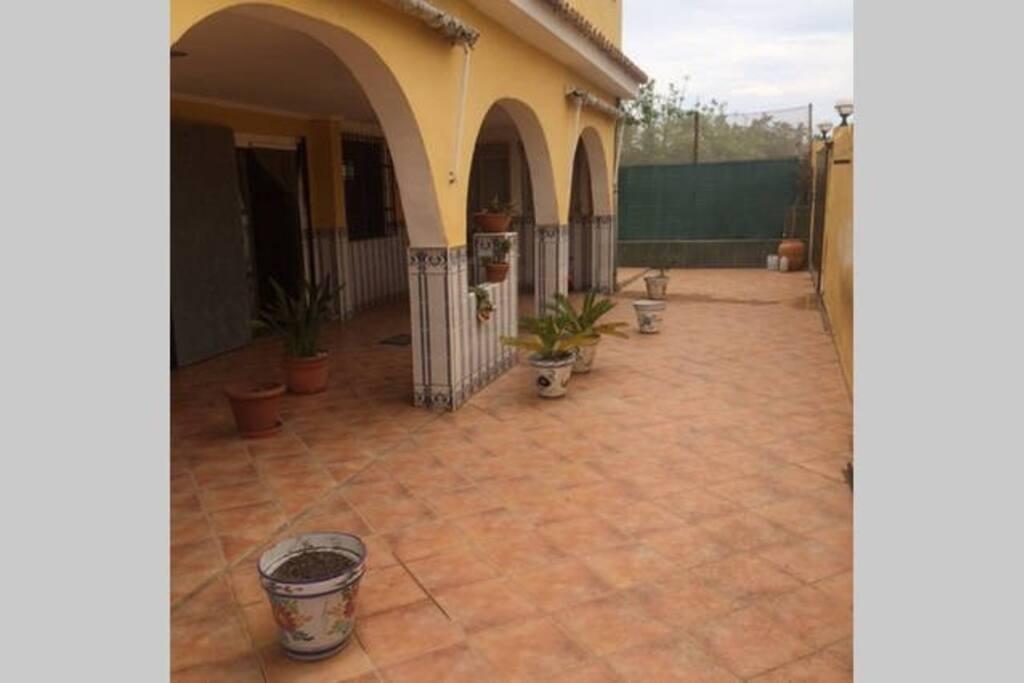 Terraza privada delantera de la villa.