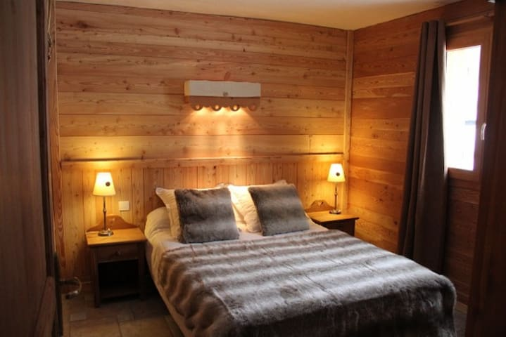 Room in French Alpine Chalet - Valloire - Bed & Breakfast