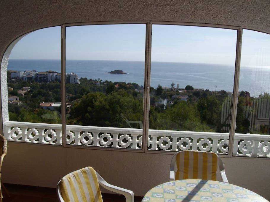 Ausblick von der überdachten Terrasse auf die Bucht von La Olla