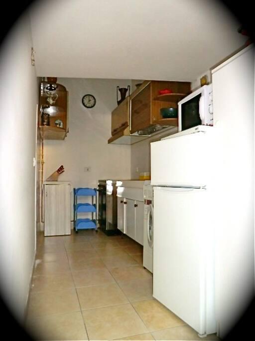 la cucina è dotata di: forno, forno microonde, frigo e congelatore, lavatrice...