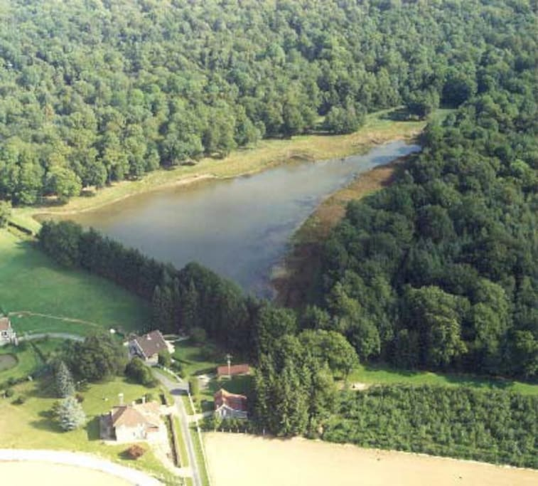vue aérienne de la maison au pied de l'étang