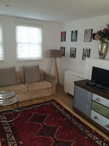 Large studio with bathroom & kitchen, Chiswick!