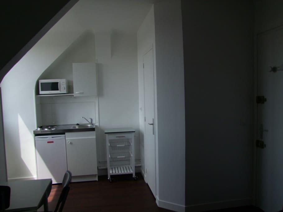 Espace cuisine, tout y est prévu pour cuisiner, la salle de douche est à droite