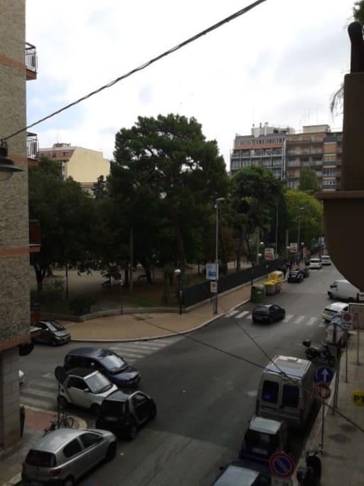 La vista dai balconi di Piazza Garibaldi. Un grande giardino dotato anche di giochi per bambini.