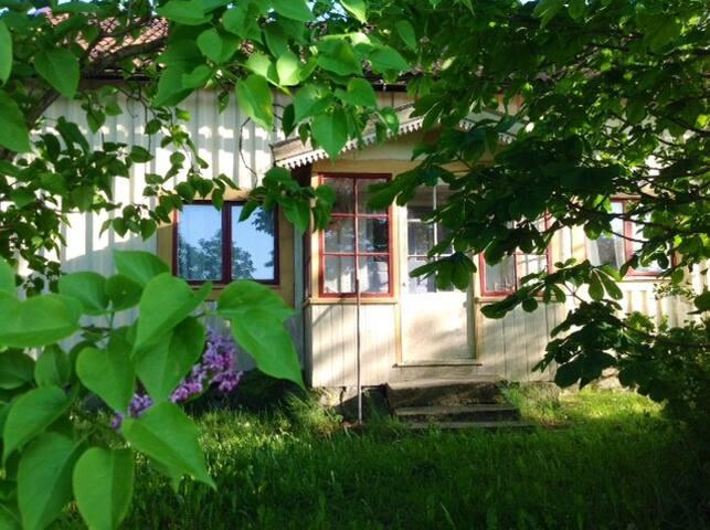 Bohuslänsk stuga med trädgård - Munkedal - กระท่อม