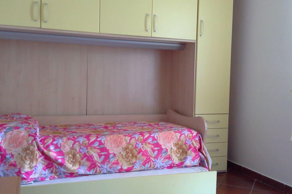 Camera singola, con possibilità secondo letto. Terrazza indipendente. Ampio bagno e salotto con camino in comune.