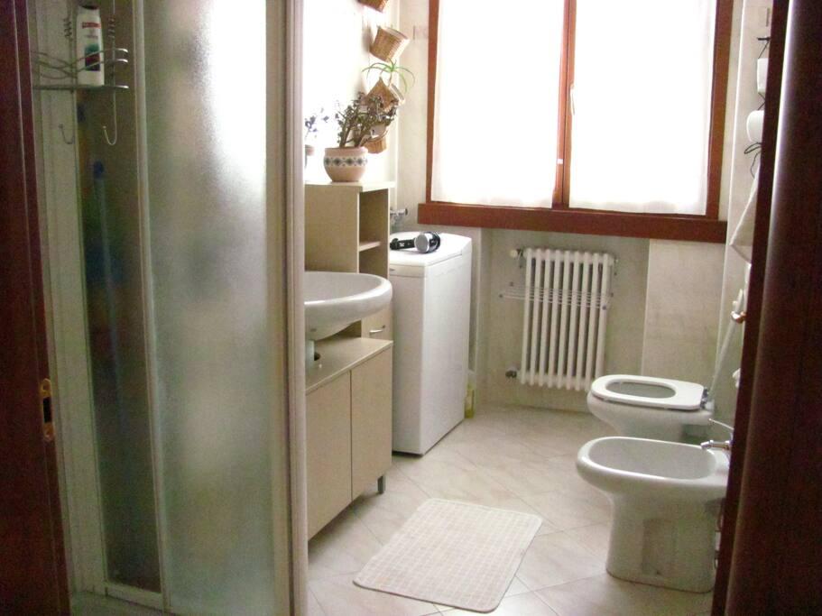 In casa il bagno è luminoso e ben pulito, ha una grande finestra, un box doccia, lavandino molto spazioso, e phon x capelli.