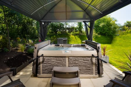 POETS CORNER, with private hot tub.