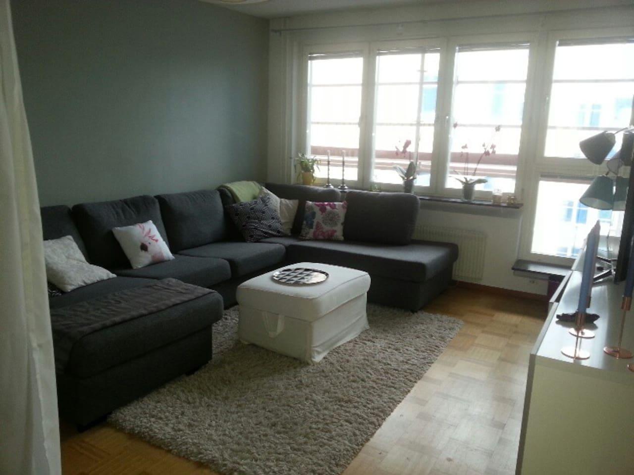 Vardagsrum med stor smart-tv