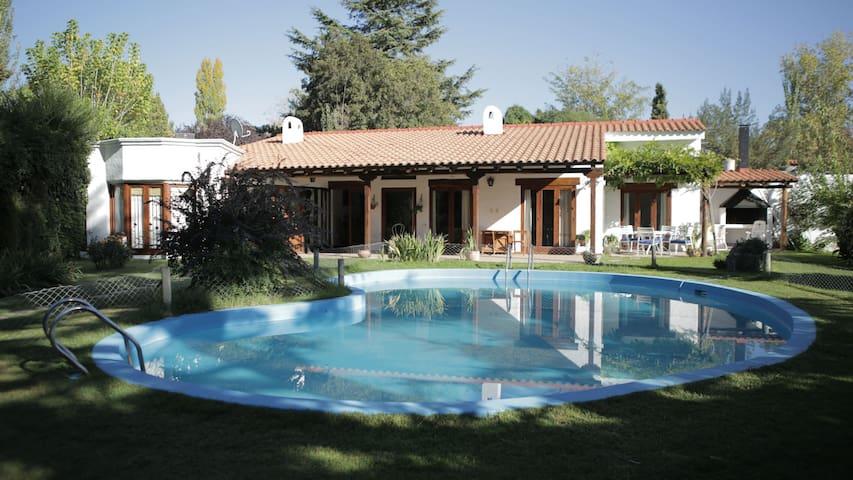 Hermosa casa con jardin y pisicina - Chacras de Coria - Hus