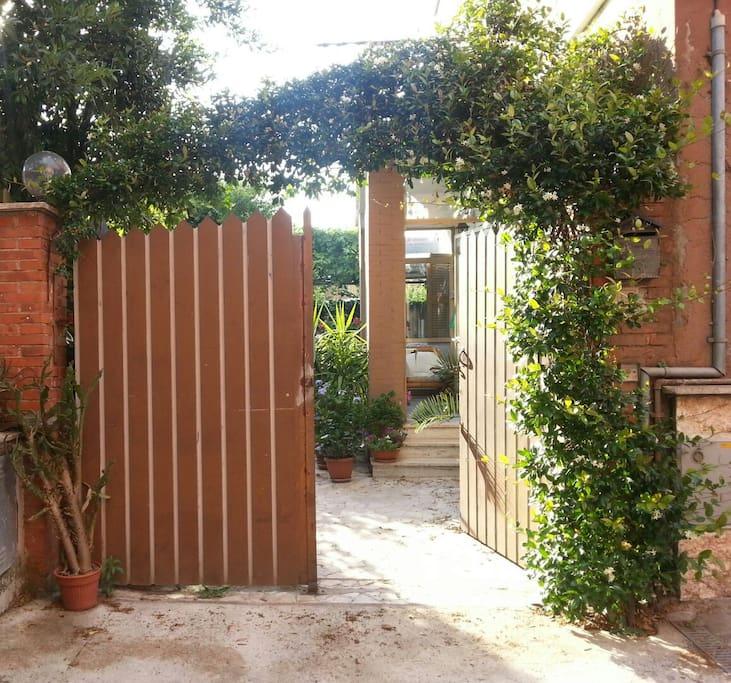 Cancello d'ingresso...Benvenuti-e! / Entrance Door...Welcome!