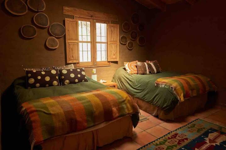 Cómodas camas matrimoniales ... sábanas de franela , pie  de cama, edredones de pluma de ganso tv 40 pulgadas para dvd ... cómoda para guardar ropa