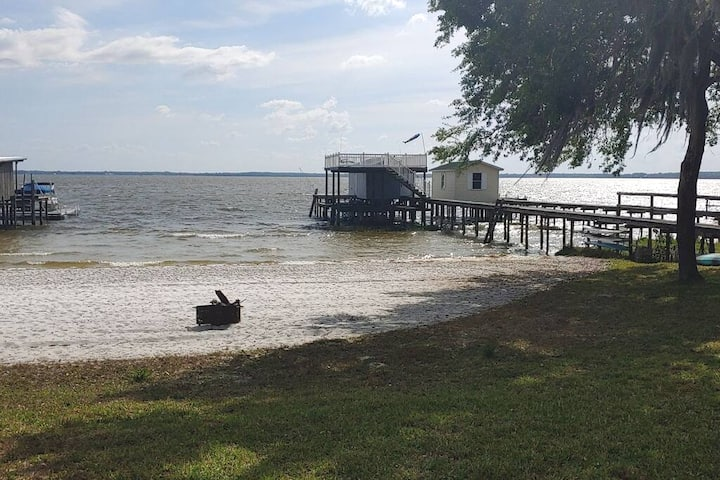 Newly listed, Our cozy cottage on Lake Weir!