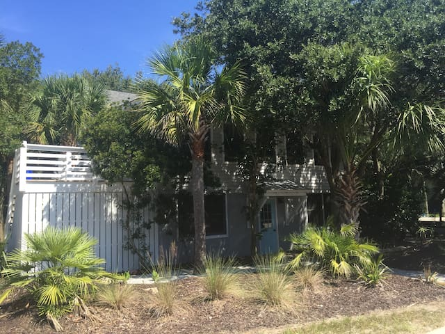 Classic Isle of Palms Beach Home by the Ocean - Isle of Palms - Daire