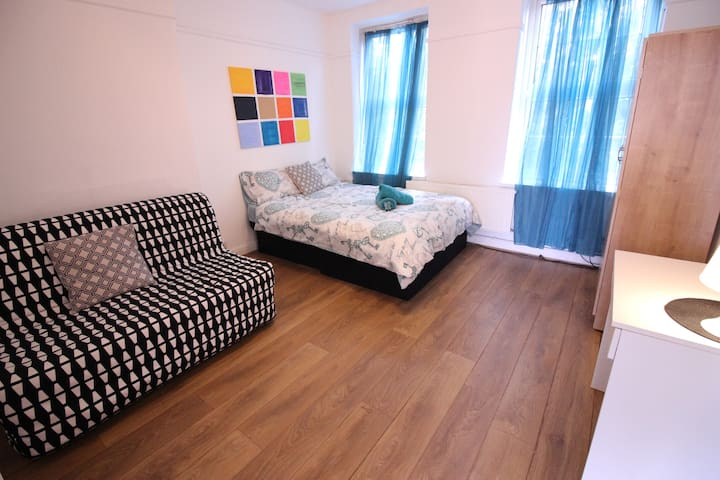 (BUL-A) PRIVATE ROOM FOR 4 NEAR BRICK LANE