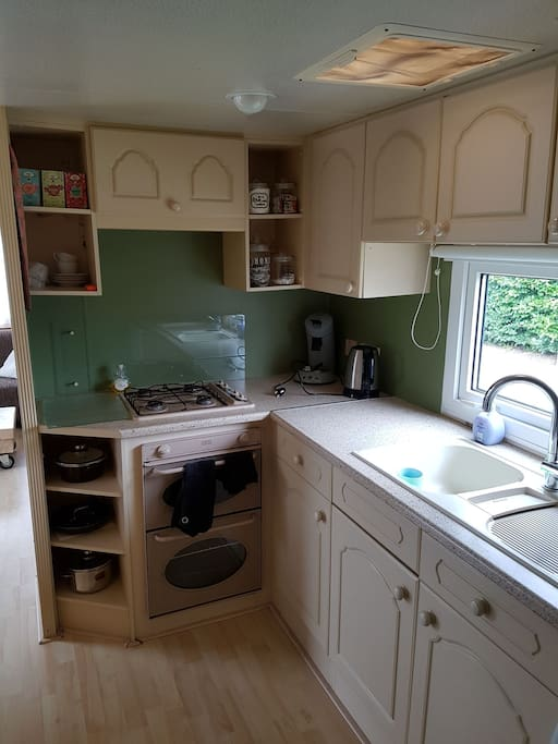 De keuken met hierin: - 4 pits gasfornuis - gasoven - senseo - waterkoker