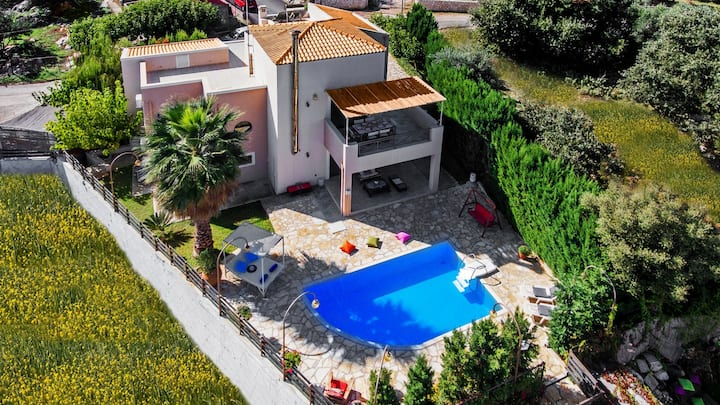 Brand new villa! 1km to the beach!