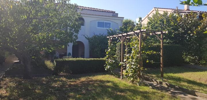 Rez de villa calme et confortable avec jardin