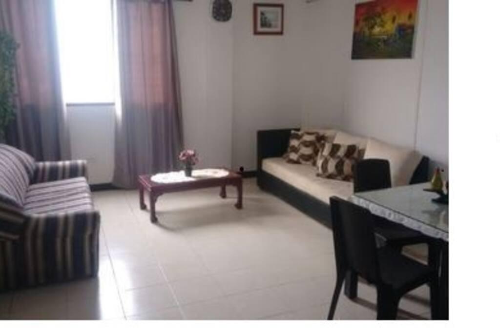 Amplia y cómoda sala con dos sofá cama y un comedor.