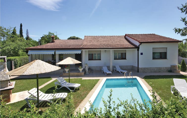Classic comfort cottage with pool