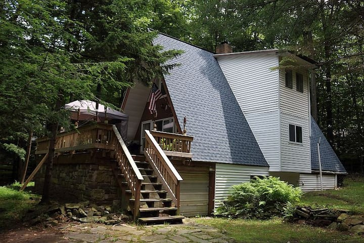 Fully Renovated, Inviting A-Frame House near Lake