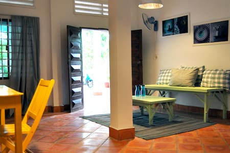 Studio with beautiful garden, Terrace, Wood House - Phnom Penh - Casa