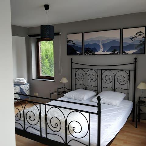 Chambre Benoît (lit 1m60) + éventuellement lit bébé (non fourni)