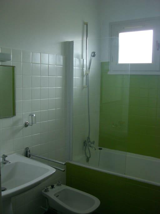 La salle de bains (à partager). Les WC sont séparés.
