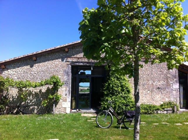 Grange restaurée sud charente - Salles-Lavalette