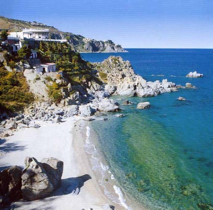 spiaggia di Caminia a 4 Km