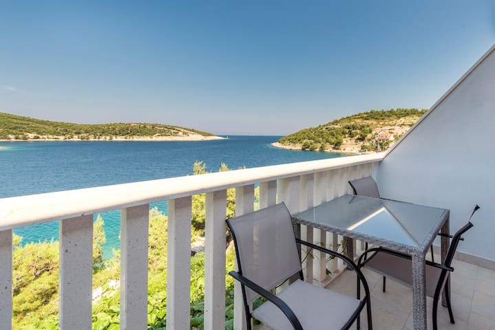 Romantic Getaway - Studio in Sunset Villa Hvar