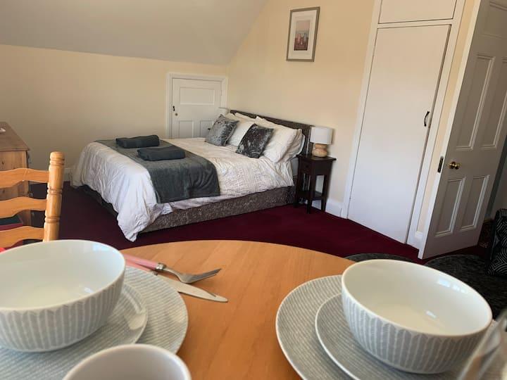 Luxury 2 bedroom suite, hot tub + free parking