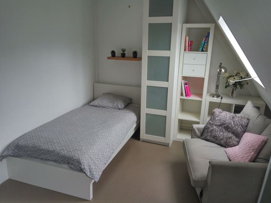 chambre de bonne proche bastille flats for rent in paris. Black Bedroom Furniture Sets. Home Design Ideas