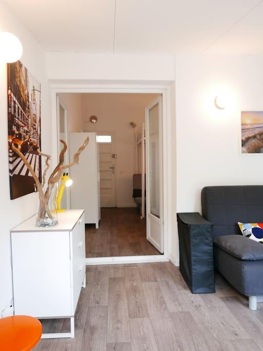 La première pièce de 12 m2 et en enfilade, après la double porte, la pièce principale de 22 m2