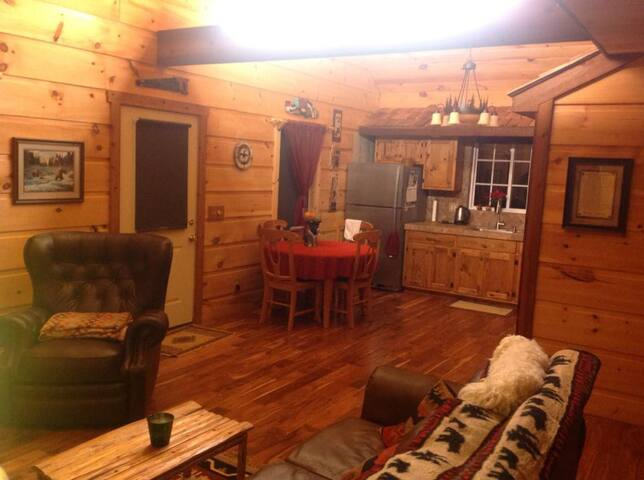 Cozy cottage Masters rental w housekeeping by lake