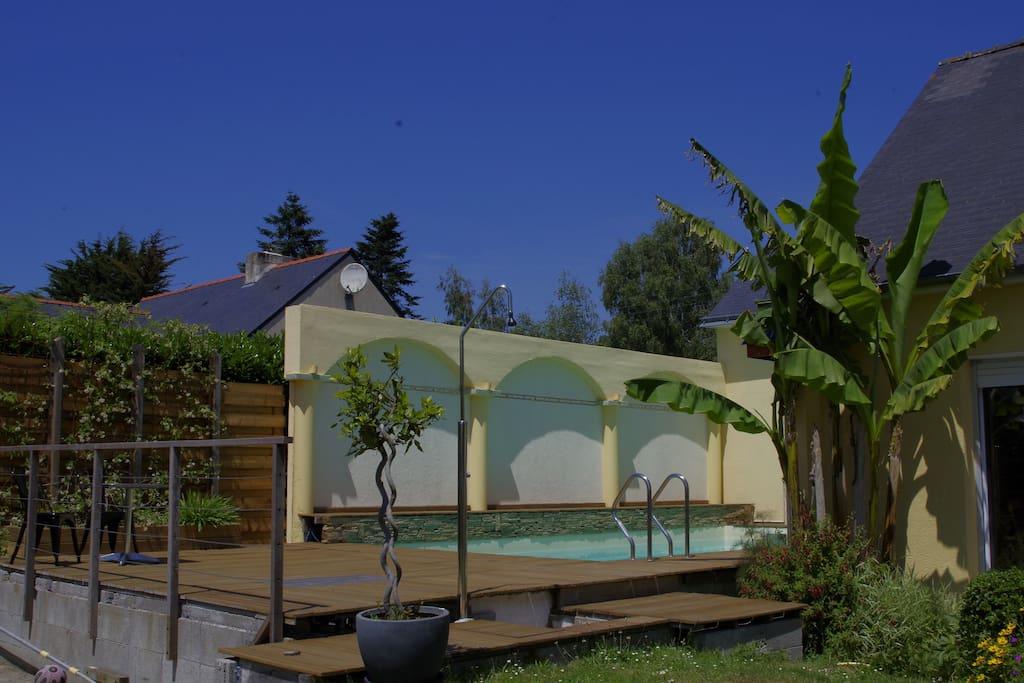 La terrasse de la piscine, exposée plein sud.