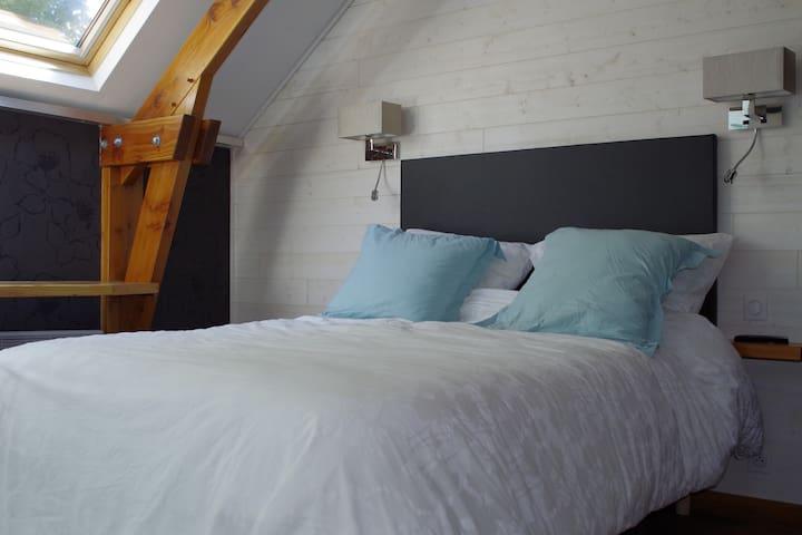 La chambre, calme et cosy.