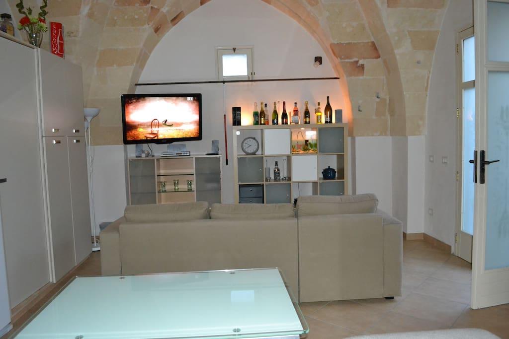 parete attrezzata, divano-lettto e TV
