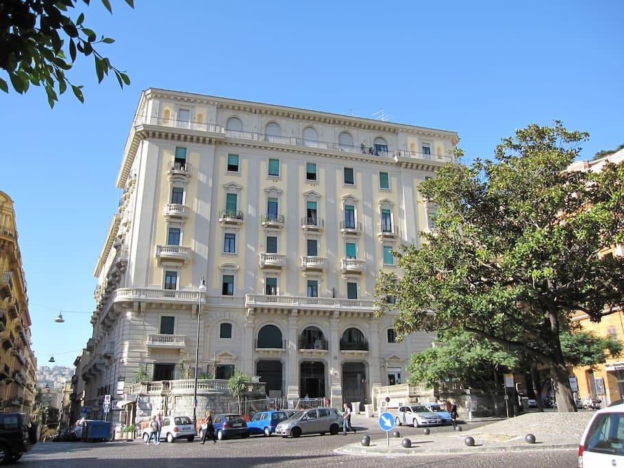 Veduta di Palazzo Cottrau in cui si trova l'immobile